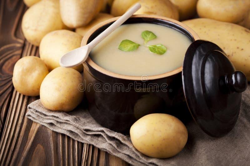Sopa poner crema de la patata fotos de archivo