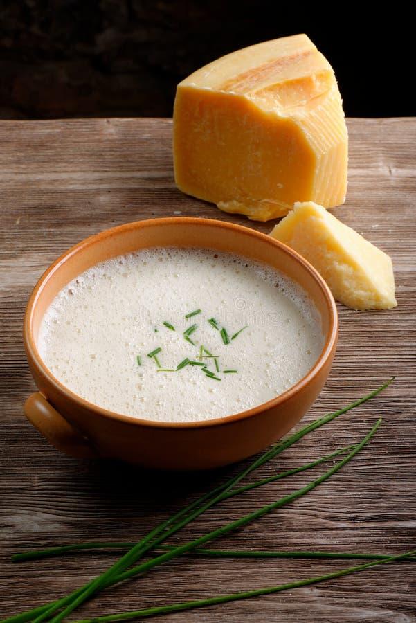 Sopa poner crema de la patata y del queso imágenes de archivo libres de regalías