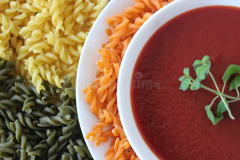 sopa poner crema del tomate, sopa del tomate, imagen de archivo