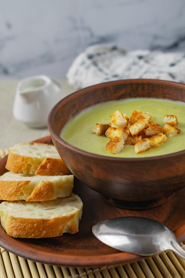 Sopa poner crema sana fresca con espinaca, crema y cuscurrones foto de archivo