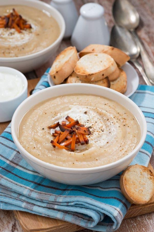 sopa poner crema vegetal con las zanahorias caramelizadas, visión superior imagen de archivo