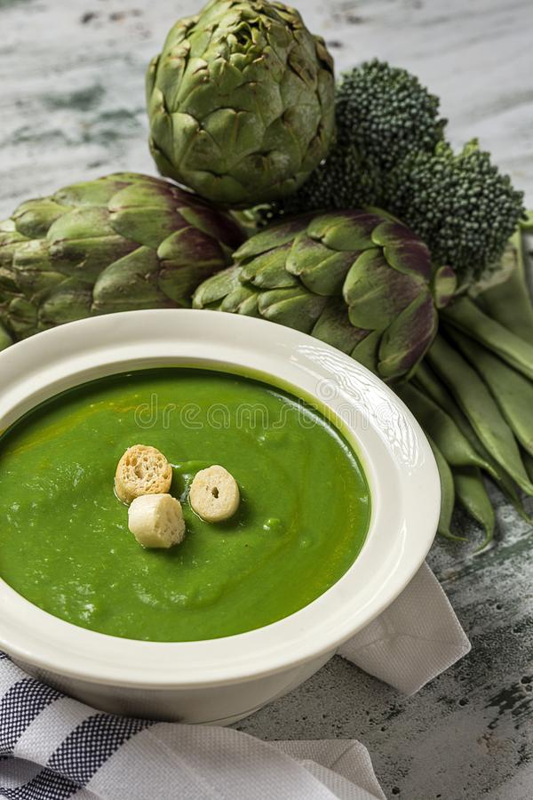 Sopa poner crema vegetal verde imagen de archivo libre de regalías