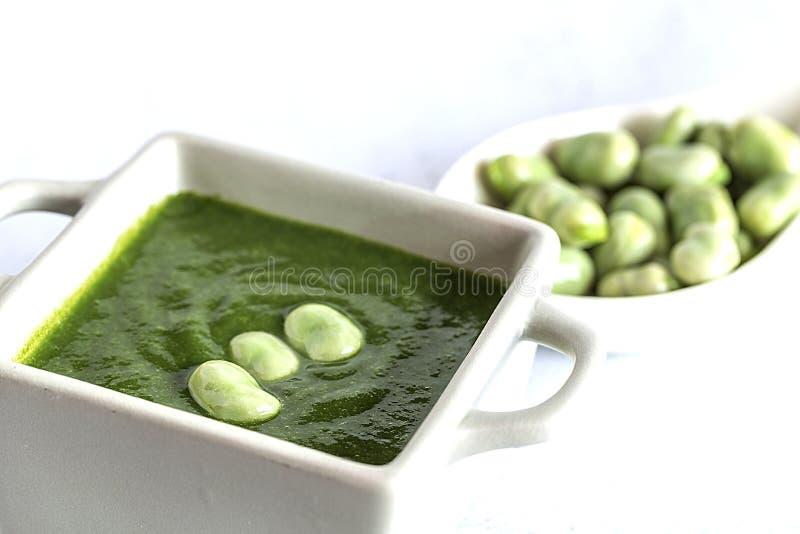 Sopa poner crema vegetal verde con los guisantes y las habas imágenes de archivo libres de regalías