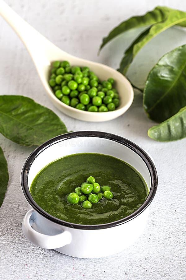 Sopa poner crema vegetal verde con los guisantes y las habas fotografía de archivo libre de regalías
