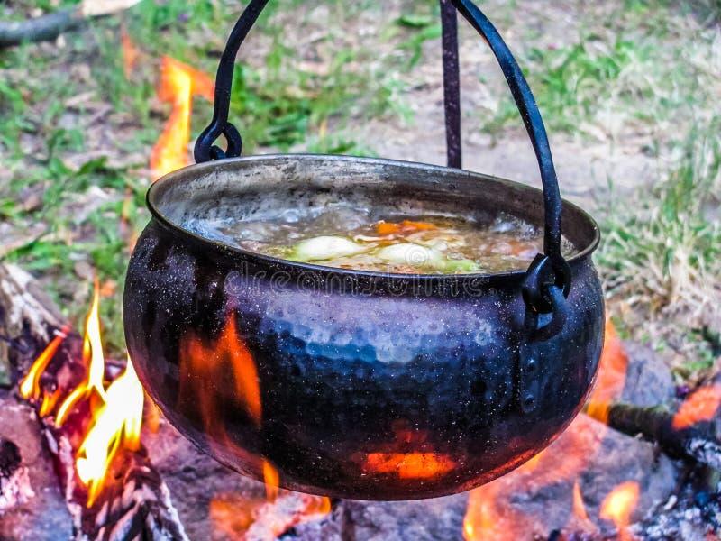 Sopa que cozinha em uma chaleira de cobre no fogo fotografia de stock royalty free
