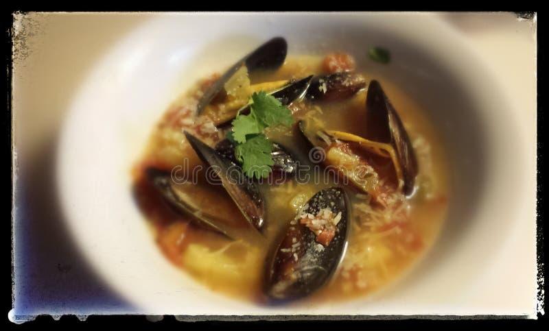 Sopa quente com músculos frescos foto de stock