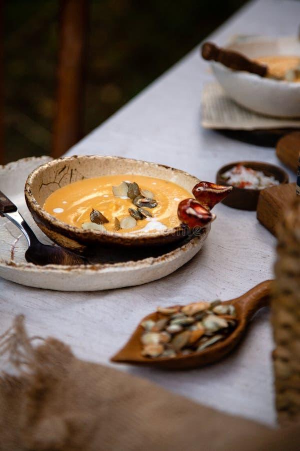 Sopa quente cremosa com sementes, creme da abóbora em placas cerâmicas imagem de stock royalty free