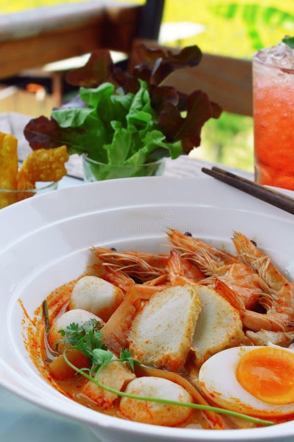 sopa quente do koong do 'batata doce' de tom com macarronetes imagem de stock royalty free