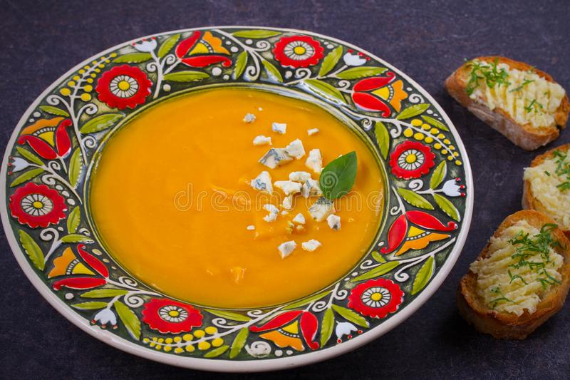 Sopa Roasted da abóbora com brindes do queijo azul e da manteiga de alho Sopa da polpa de Butternut foto de stock royalty free