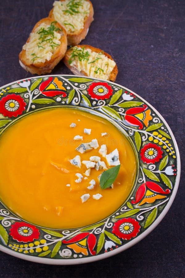 Sopa Roasted da abóbora com brindes do queijo azul e da manteiga de alho Sopa da polpa de Butternut imagem de stock