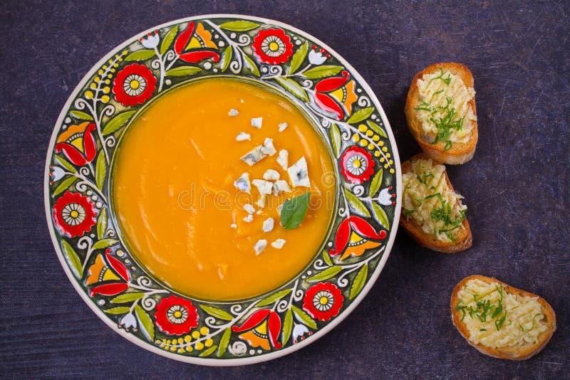 Sopa Roasted da abóbora com brindes do queijo azul e da manteiga de alho Sopa da polpa de Butternut imagens de stock