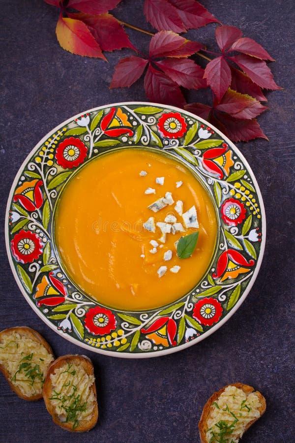 Sopa Roasted da abóbora com brindes do queijo azul e da manteiga de alho Sopa da polpa de Butternut foto de stock