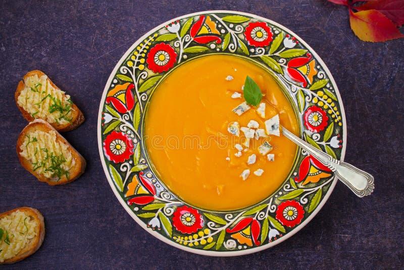 Sopa Roasted da abóbora com brindes do queijo azul e da manteiga de alho Sopa da polpa de Butternut fotos de stock