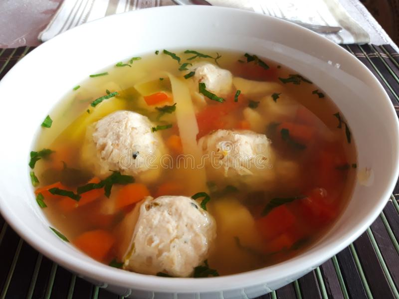 Sopa romena tradicional das alm?ndegas Ciorba de perisoare fotos de stock royalty free