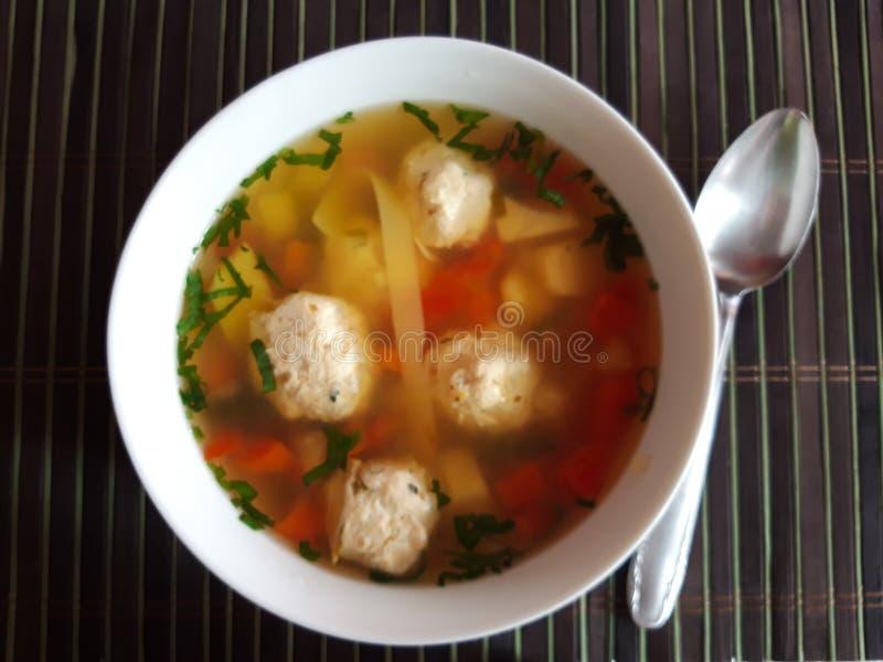 Sopa rumana de las albóndigas en cuenco Ciorba de perisoare foto de archivo libre de regalías