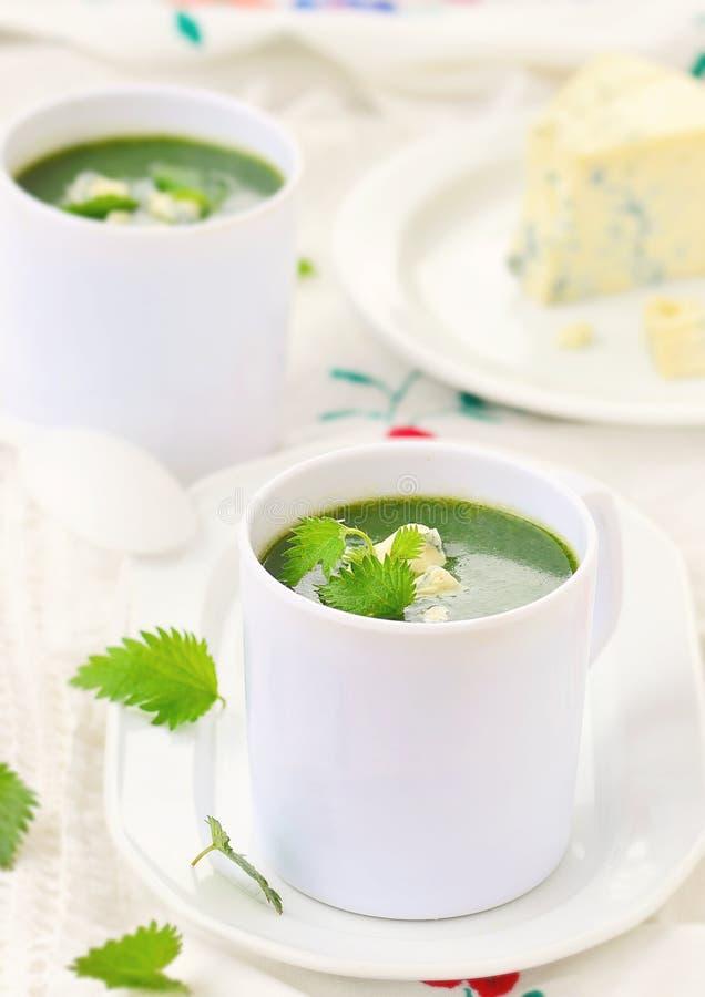 Sopa salvaje de la crema de la ortiga con queso verde. foto de archivo libre de regalías