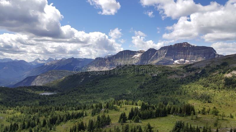 Sopa sikter av de kanadensiska steniga bergen arkivbild