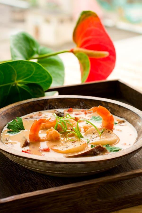 Sopa tailandesa con la gamba y la concha de peregrino fotos de archivo