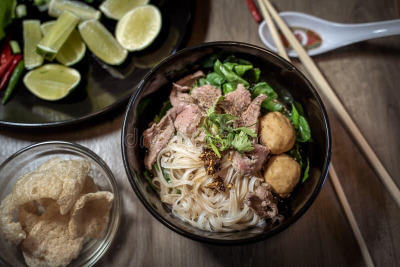 Sopa tailandesa de la sangre de los tallarines del estilo, tallarines del barco, plato delicioso, sopa de fideos tailandesa famos fotos de archivo libres de regalías