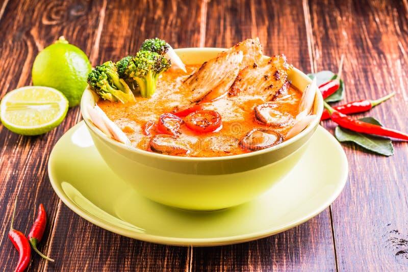 Sopa tailandesa de Tom Kha com galinha foto de stock