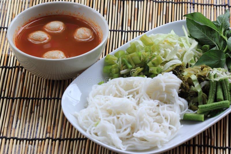 Sopa tailandesa del coco del curry de la bola de pescados con los tallarines de arroz imagen de archivo