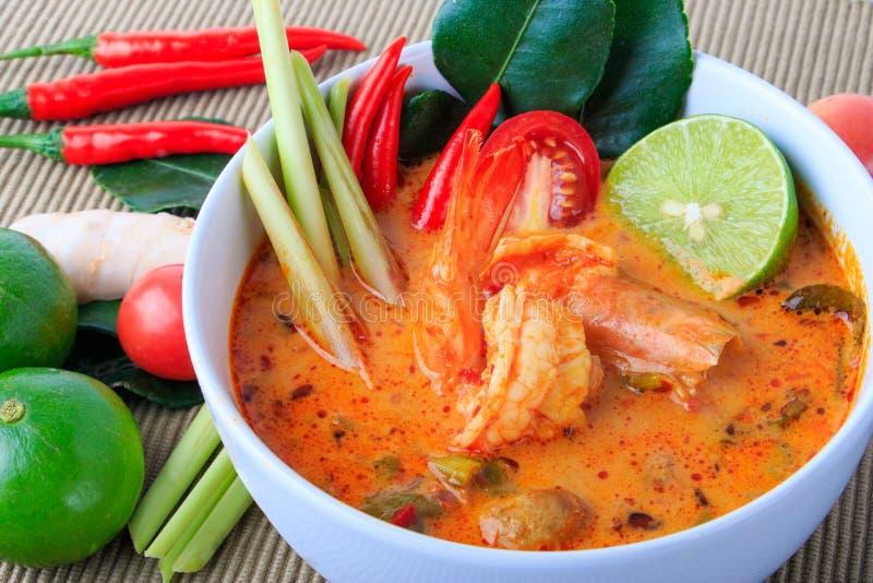 Sopa tailandesa do camarão com nardo (Tom Yum Goong) no fundo de pano de Brown fotografia de stock