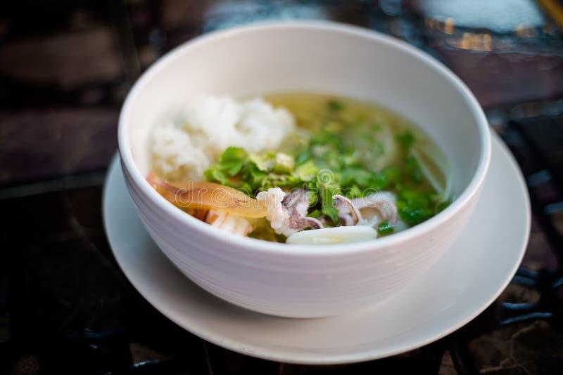 Sopa tailandesa do marisco dos macarronetes de arroz foto de stock royalty free