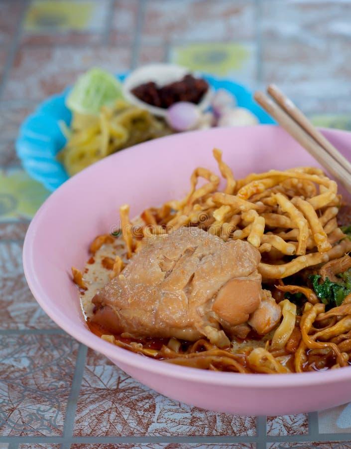 Sopa tailandesa do norte do caril do macarronete com galinha imagem de stock royalty free