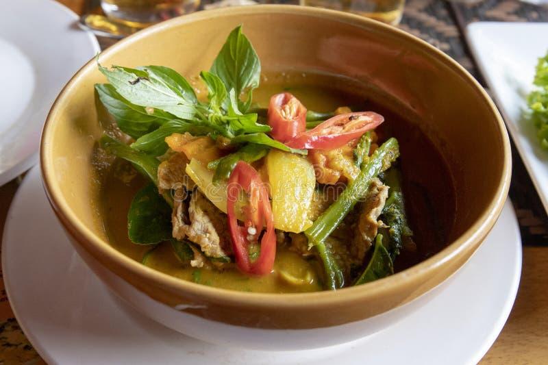 Sopa tradicional camboyana con la carne y las verduras en cuenco de cerámica Sopa del ñame de tom del asiático Libro del menú o d fotos de archivo libres de regalías