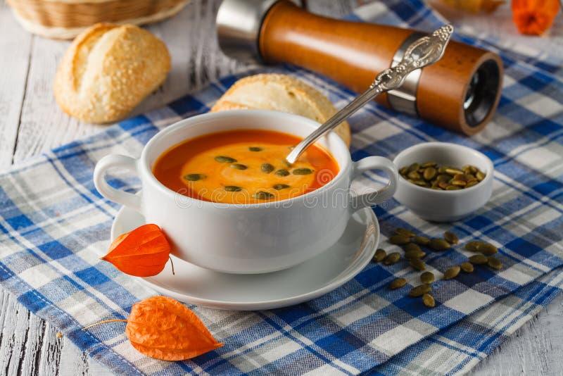 Sopa tradicional da abóbora com sementes e apenas proibição cozida fresca do centeio fotografia de stock