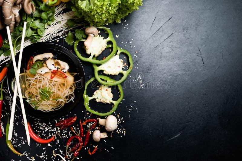 Sopa tradicional da carne do macarronete do alimento oriental da culinária foto de stock royalty free
