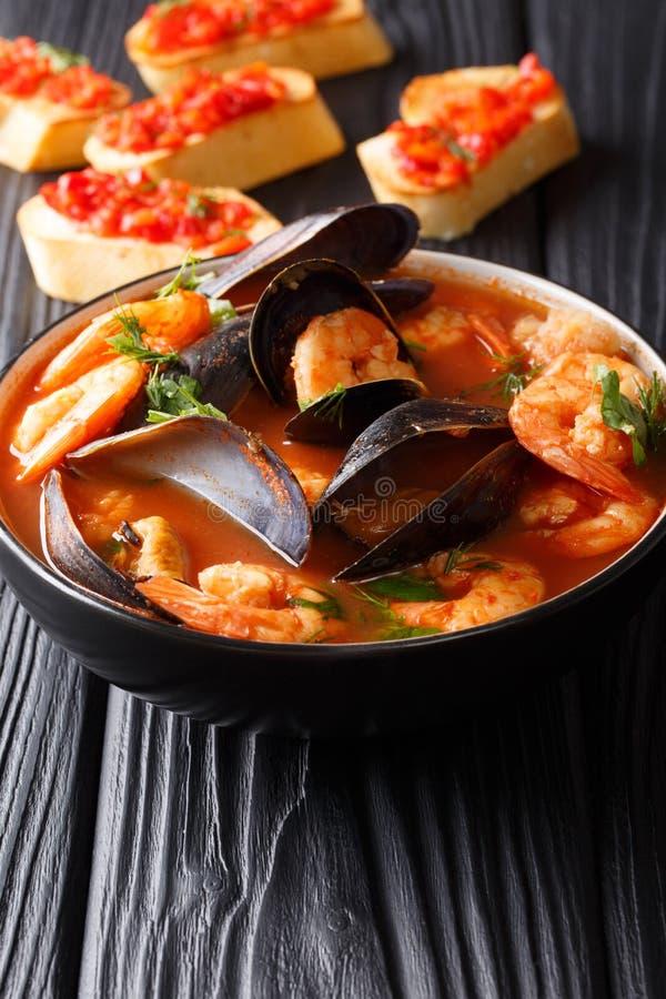 A sopa tradicional do marisco do tomate com camarões, peixes enfaixa e MU imagem de stock royalty free