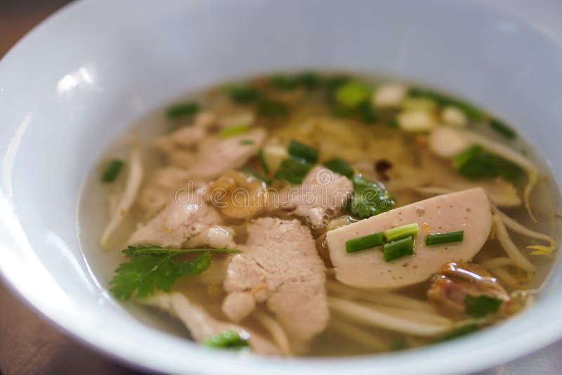 Sopa tradicional tailandesa da bola de carne da carne de porco do marisco dos macarronetes imagem de stock royalty free