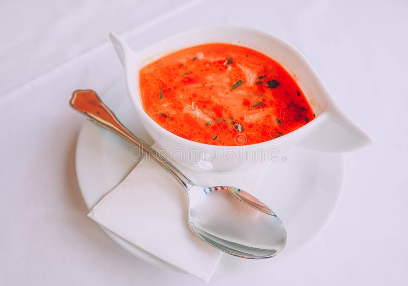 Sopa tradicional vermelha Sopa do gazpacho do tomate em um potenciômetro branco imagem de stock