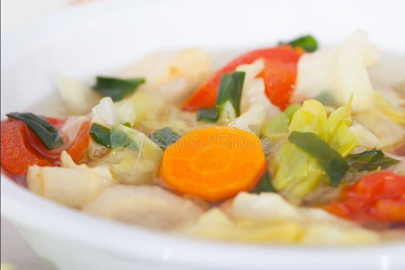 Sopa vegetal caseiro fresca com couve e tomate fotografia de stock royalty free