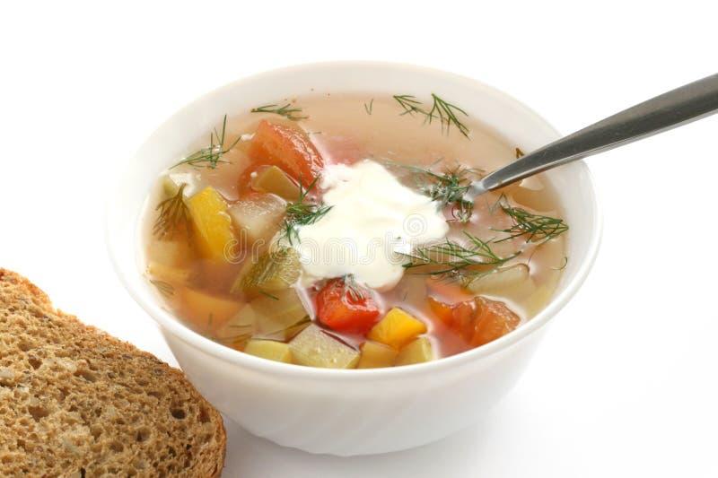 Sopa vegetal com creme ácido e pão fotos de stock