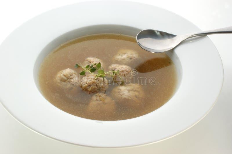 Sopa vegetal com esferas de carne imagem de stock