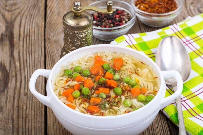 Sopa vegetal com macarronetes imediatos foto de stock royalty free
