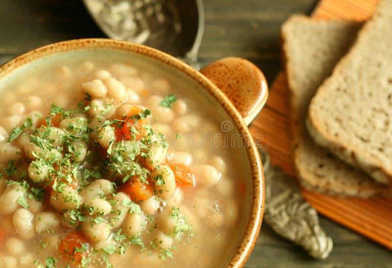 Sopa vegetal con la haba y las zanahorias fotos de archivo libres de regalías
