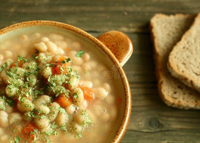 Sopa vegetal con la haba y las zanahorias imágenes de archivo libres de regalías