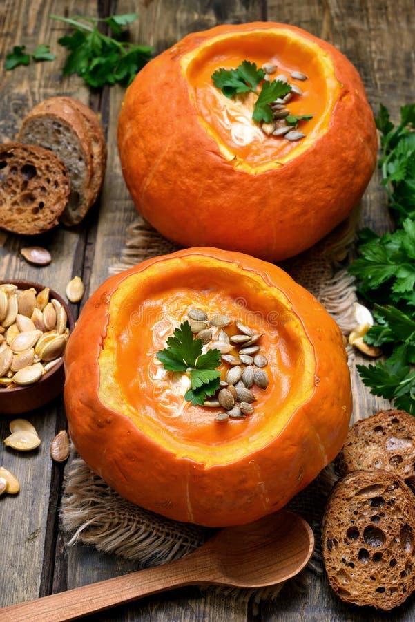 Sopa vegetal da abóbora do vegetariano imagem de stock