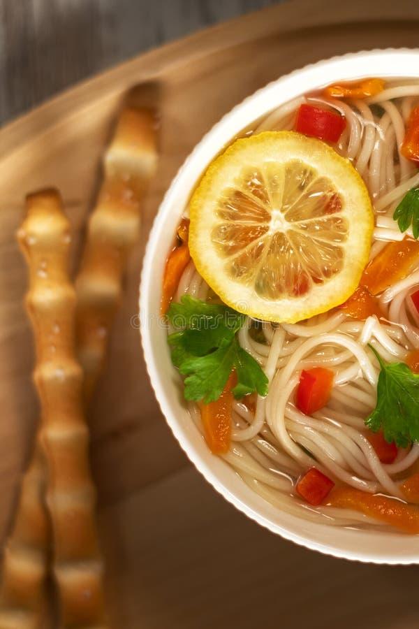 Sopa vegetal da galinha caseiro imagens de stock royalty free