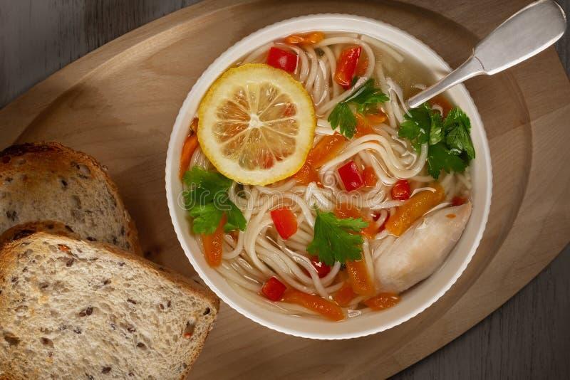 Sopa vegetal da galinha caseiro imagem de stock