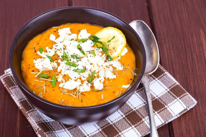 Sopa vegetal de la crema de la dieta con queso de cabra imagenes de archivo