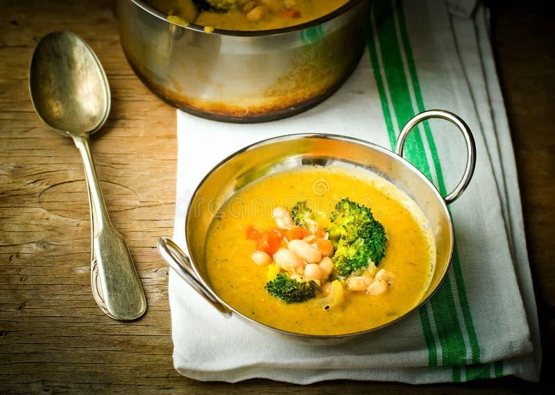 Sopa vegetal de la judía y del bróculi imagenes de archivo