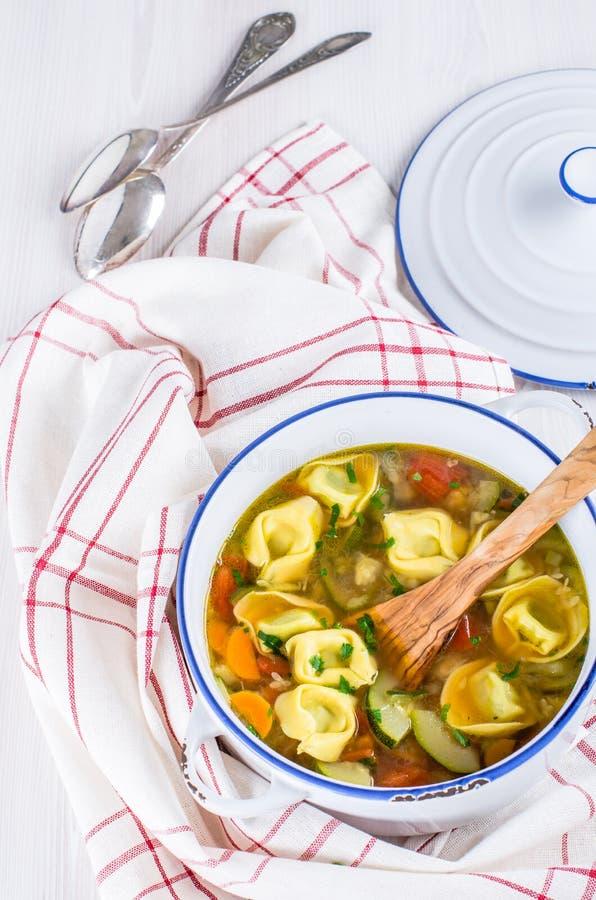 Sopa vegetal del Tortellini fotografía de archivo libre de regalías