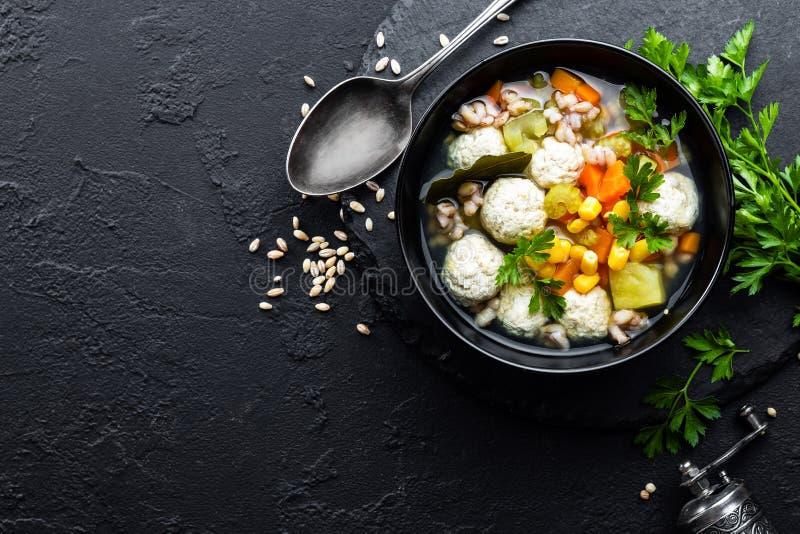 Sopa vegetal deliciosa com almôndegas da galinha e cevada de pérola foto de stock