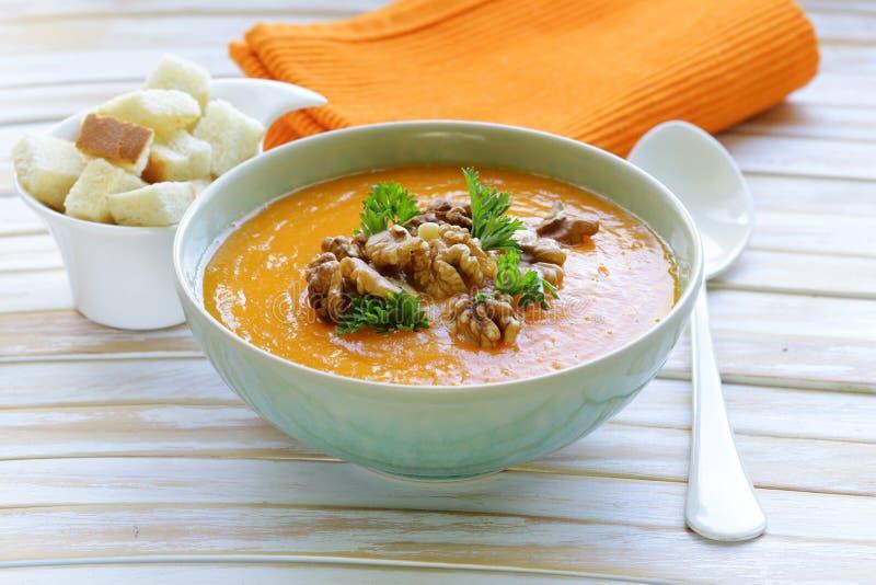 Sopa vegetal do creme da abóbora com nozes foto de stock