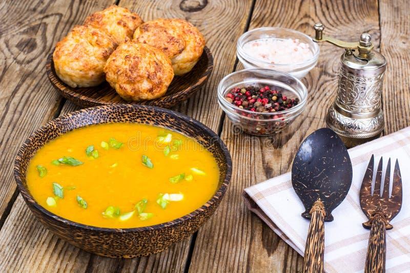 Sopa vegetal e costoletas para o almoço foto de stock