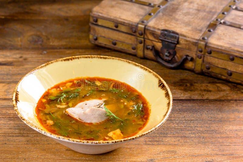 A sopa vegetal grossa com carne derramou em uma bacia Um tradicional fotos de stock
